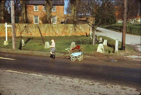 Helen Mundy. Waiting 'til I have a splash!, 1963